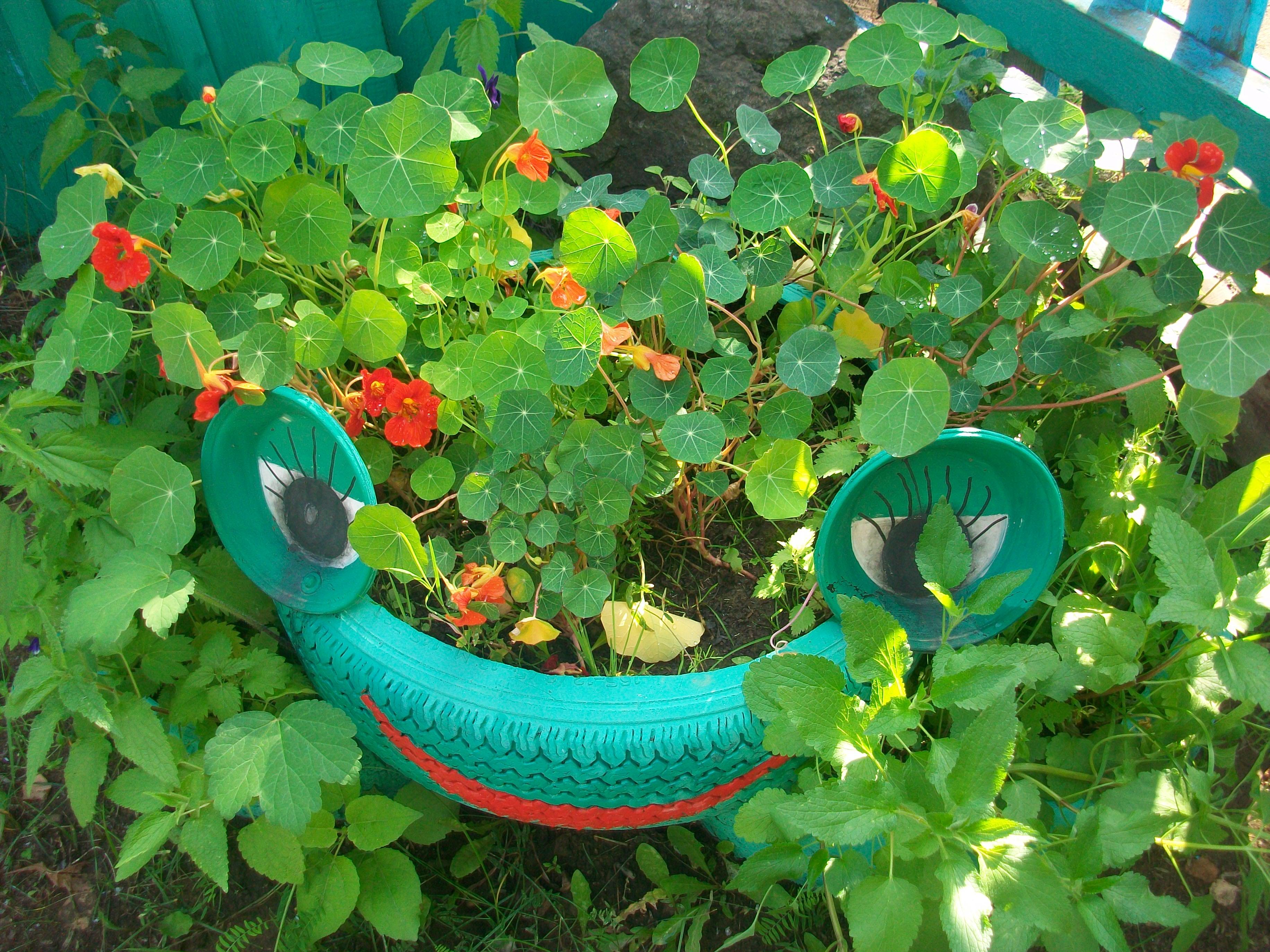Украшения для огорода своими руками из подручных материалов фото